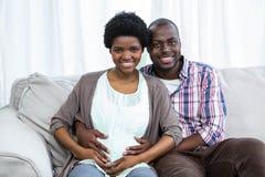 El estómago conmovedor de la mujer embarazada del hombre Fotos de archivo libres de regalías