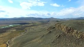 El establecimiento del abejón hermoso de la naturaleza de la montaña del tiro tiró en montañas majestuosas tapa Panorama Silueta  almacen de metraje de vídeo