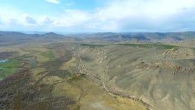 El establecimiento del abejón hermoso de la naturaleza de la montaña del tiro tiró en montañas majestuosas tapa Panorama Silueta  metrajes