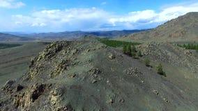 El establecimiento del abejón hermoso de la naturaleza de la montaña del tiro tiró en montañas majestuosas tapa Panorama Silueta  almacen de video