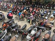 El estacionamiento apretado con las motos acerca al hospital en Vietnam Imagen de archivo