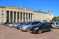 El estacionamiento de coches en Victory Square en Kaliningrado, un paisaje de la ciudad en el día de verano soleado Imagen de archivo libre de regalías