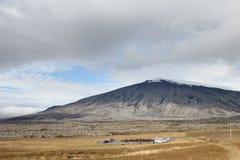 El estacionar bajo el volcán Fotos de archivo libres de regalías