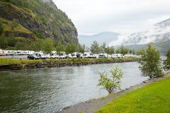 El estacionar bajo la montaña en la orilla Fotos de archivo libres de regalías