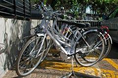 El estacionar blanco de las bicicletas Fotos de archivo libres de regalías