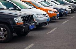 El estacionar de los coches imagen de archivo