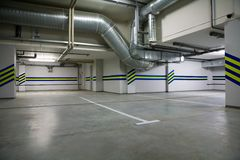 El estacionar en un sótano Fotos de archivo