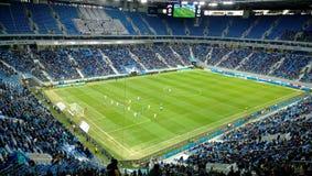 El estadio del ` de Zenit del ` del equipo durante el partido con Terek - visión del campo y en los soportes Imagen de archivo