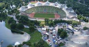 El estadio Olímpico Munich, visión aérea almacen de metraje de vídeo