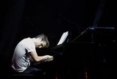 El estallido Zade Dirani del piano juega el piano en Bahrein Foto de archivo libre de regalías