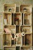 El estante de madera del vintage con los libros enjaula las flores secas Fotografía de archivo