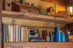 El estante de madera viejo con los diarios y la antigüedad se opone Foto de archivo