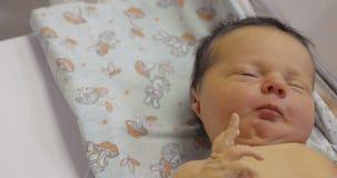 El estar recién nacido dormido y después el despertar almacen de metraje de vídeo