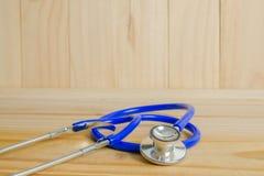 El estetoscopio de un doctor en el fondo de madera Imágenes de archivo libres de regalías