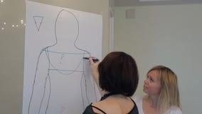 El estilista muestra estilos favorables por exhausto en contorno del papel de cliente metrajes