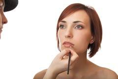 El estilista pinta los labios. Fotografía de archivo