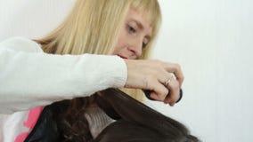 El estilista vierte el polvo en su cabeza almacen de video