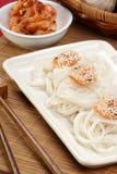 El estilo asiático asó a la parilla camarones con los tallarines Fotografía de archivo