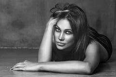 El estilo blanco y negro del vintage tiró de mujer atractiva hermosa Fotos de archivo libres de regalías