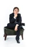 Muchacho joven que se sienta en silla Fotografía de archivo