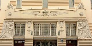 El estilo del art déco adornó ventanas con la cabeza y los dragones cons alas Foto de archivo libre de regalías