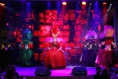 El estilo del cabaret parisiense En etapa en una demostración espectacular del primero ministro del teatro musical Imagenes de archivo