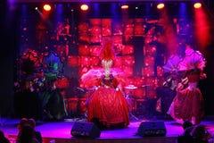 El estilo del cabaret parisiense En etapa en una demostración espectacular del primero ministro del teatro musical Foto de archivo