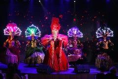 El estilo del cabaret parisiense En etapa en una demostración espectacular del primero ministro del teatro musical Fotografía de archivo libre de regalías