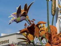 El estilo del colibrí y de la flor flota en Rose Parade famosa Imagenes de archivo