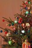 El estilo del kitsch 70s adornó el árbol de navidad Fotografía de archivo