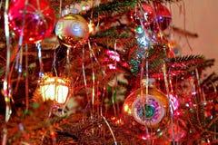 El estilo del kitsch 70s adornó el árbol de navidad Foto de archivo libre de regalías
