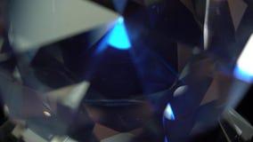 El estimado diamante es de giro y que riela de puntos culminantes azules Fondo negro metrajes