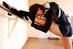 El estirar apto de la mujer de los jóvenes Foto de archivo