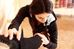 El estirar apto de la mujer de los jóvenes Fotos de archivo libres de regalías