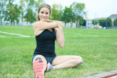 El estirar de entrenamiento de la mujer joven Imagen de archivo