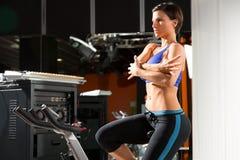 El estirar de giro de la mujer del instructor del monitor de los aeróbicos Imagen de archivo