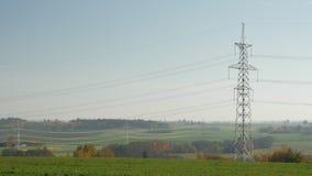 El estirar de líneas eléctricas apagado en la distancia en un ajuste rural almacen de video