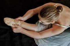 El estirar de la bailarina Fotografía de archivo
