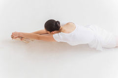 El estirar de la bailarina fotografía de archivo libre de regalías