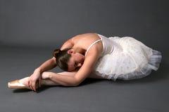 El estirar de la bailarina Imagen de archivo