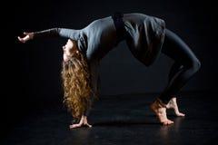 El estirar de la bailarina Imagenes de archivo