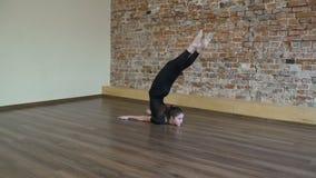 El estirar de la muchacha de la flexibilidad del gimnasta de la aptitud del deporte metrajes