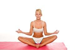 El estirar de la mujer de la yoga Imagenes de archivo