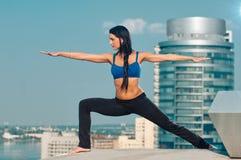 El estirar de la mujer de la yoga Foto de archivo