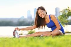 El estirar de la mujer del ejercicio Imagen de archivo libre de regalías