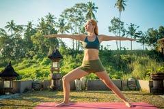 El estirar de la yoga de la mujer joven Imágenes de archivo libres de regalías