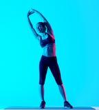 El estirar de los exercices de la aptitud de la mujer Fotografía de archivo libre de regalías