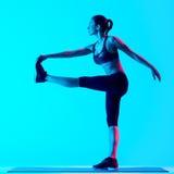El estirar de los exercices de la aptitud de la mujer aislado Imagen de archivo libre de regalías
