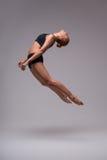 El estirar del gimnasta de la mujer Imagen de archivo libre de regalías