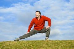 El estirar del hombre. Fotografía de archivo libre de regalías